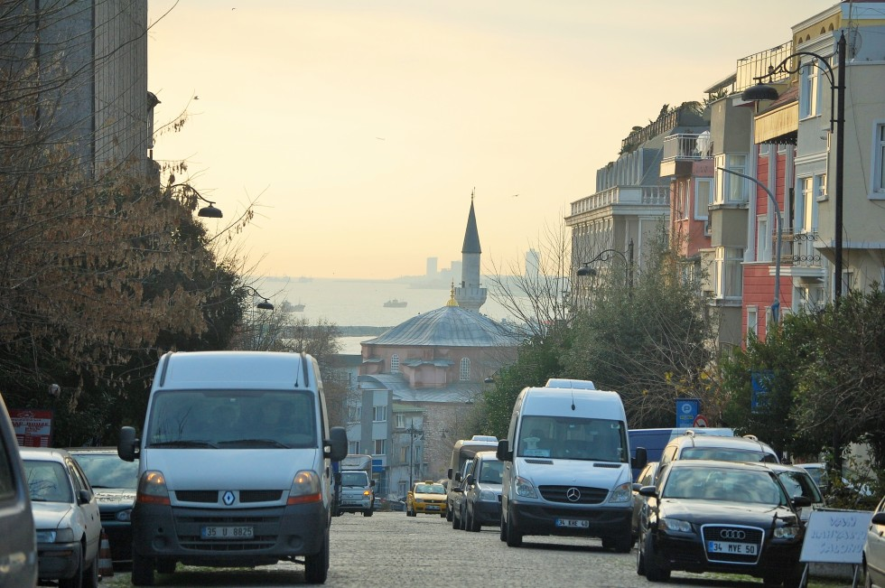 Another street view of the Bosphorus.